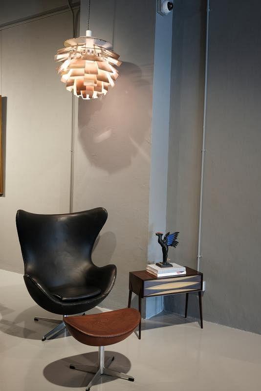 """阿纳·雅各布森代表作""""蛋椅""""和阿纳·沃德的旁桌。"""