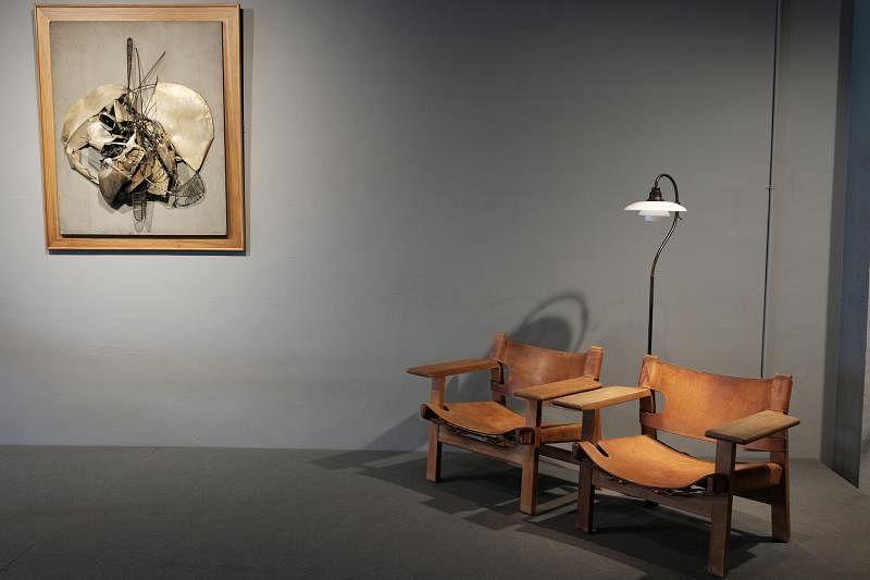 """1B2G与艺议艺术顾问公司在陈文烈大厦打造""""现代空间""""陈列厅,让丹麦设计师现代家具经典(布吉·莫根森的西班牙椅)与现代绘画精品(我国画家钟四宾(泗滨)金属浮雕)相得益彰。"""
