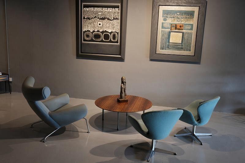 """汉斯·韦格纳代表作""""爸爸熊椅""""(左)与阿纳·雅各布森的两张天鹅椅。"""