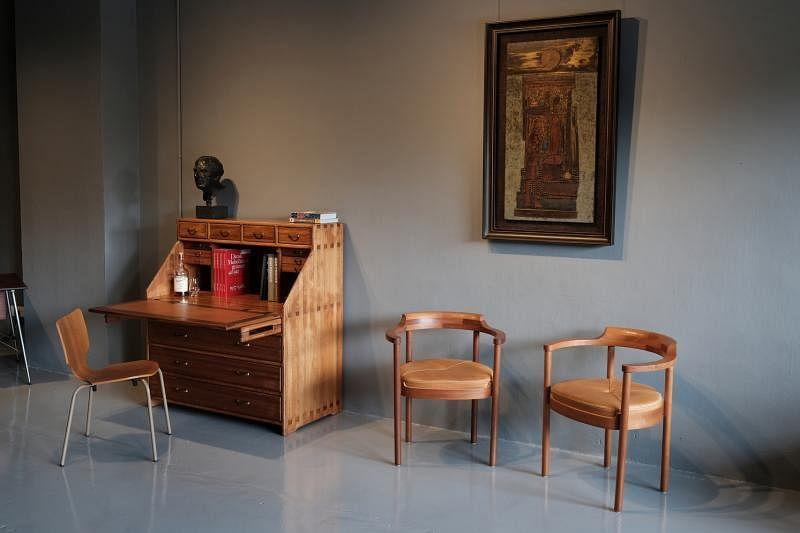 丹麦橱柜木匠Enzio Frohmader的油松书桌以其精湛手工艺,获1976年丹麦橱柜协会的年度家具奖。