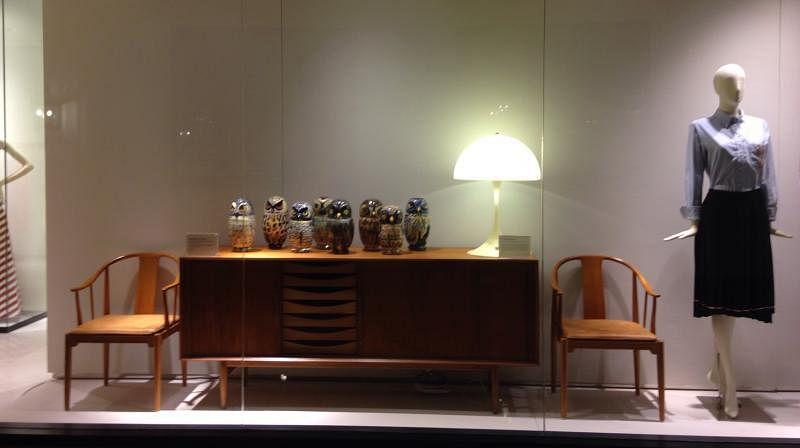 丹麦设计经典配搭时尚精品,汉斯·韦格纳设计的中国椅和阿纳·沃德的橱柜。