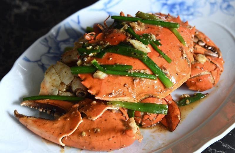 """白胡椒斯里兰卡螃蟹是""""饭夫人""""的招牌菜肴之一。"""