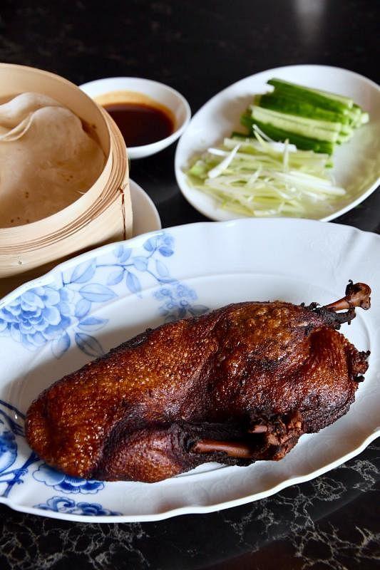 陈文祥擅长烹煮香酥鸭,搭配粤式传统手工馍馍、泰国青瓜丝和青葱苗。