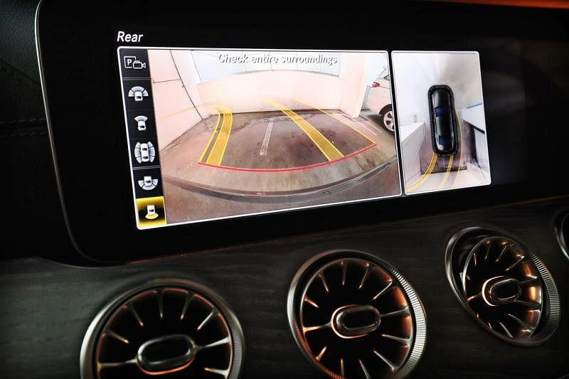 倒退停车时的鸟瞰画面,让司机可以清楚看到车子与旁边车辆的距离。