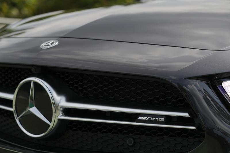 车头水箱罩加两侧的空气进出孔,散热性能更好。