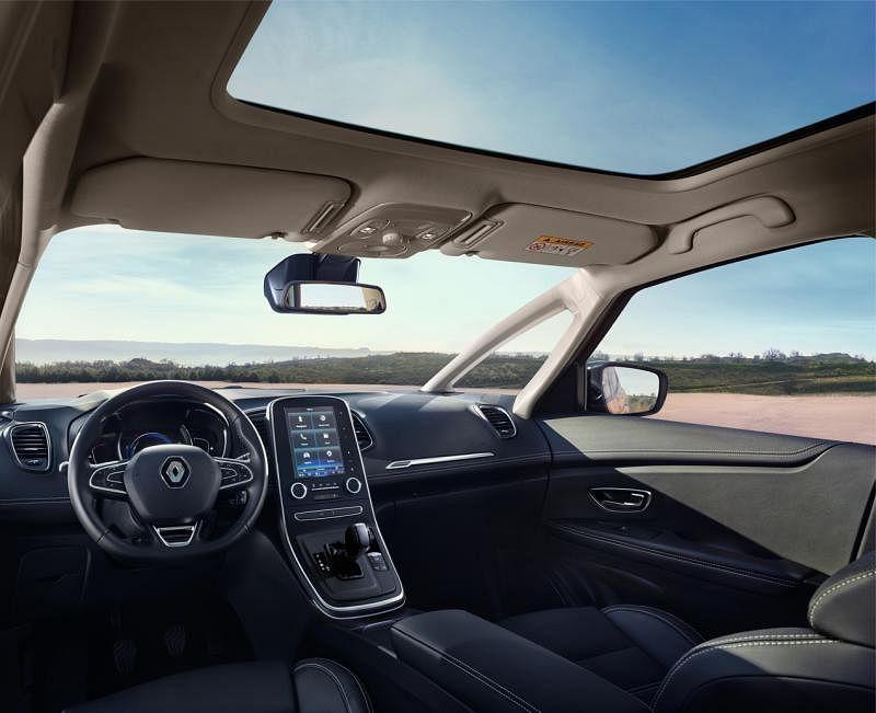天窗夜晚开车时,全景天窗让人有与星星、月亮同行的浪漫感觉。