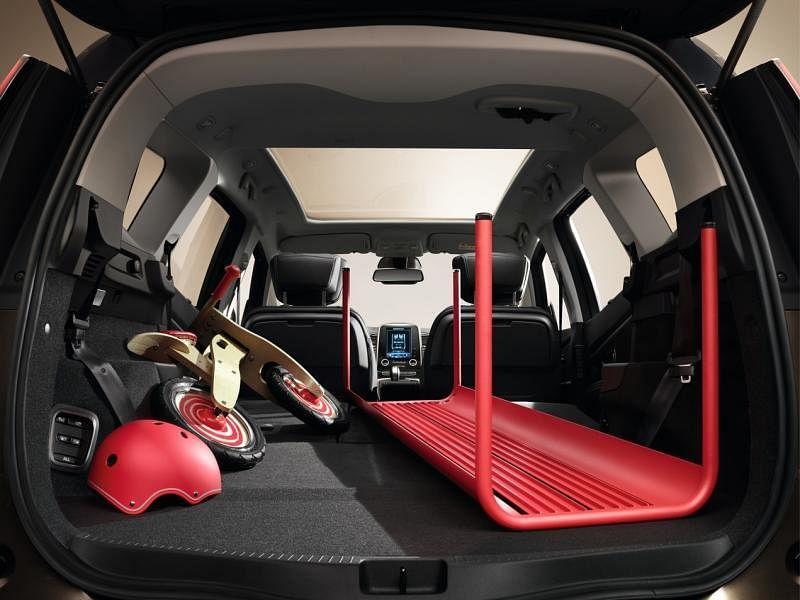 行李厢空间有233公升,第三排座椅平放后可增至596公升。