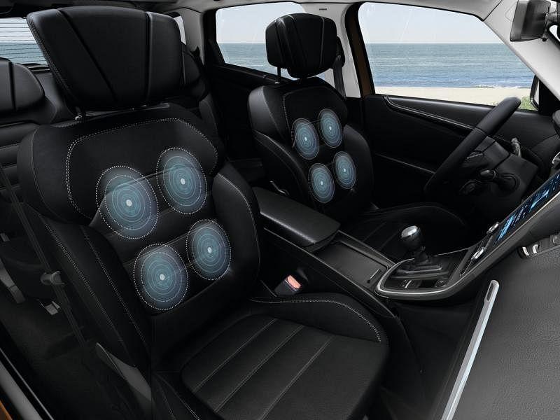 司机和前排乘客座椅备有按摩功能。