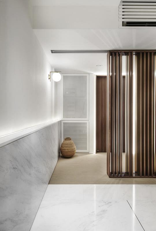 大门入口打造实木条活动屏风,作为入口和饭厅的缓冲,屋主能根据需求让屋内若隐若现或完全隐蔽。