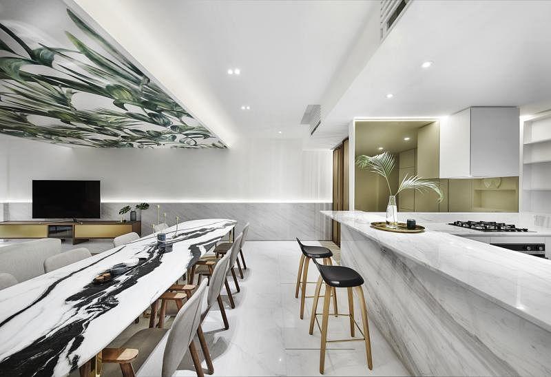 天花板的墙纸巧妙地设在饭厅和客厅天花板之间,是全屋视觉聚焦的中心点,也用来区分活动空间,象征从饭厅过渡到客厅。