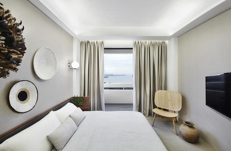 每间房,包括客房都有面海的阳台。