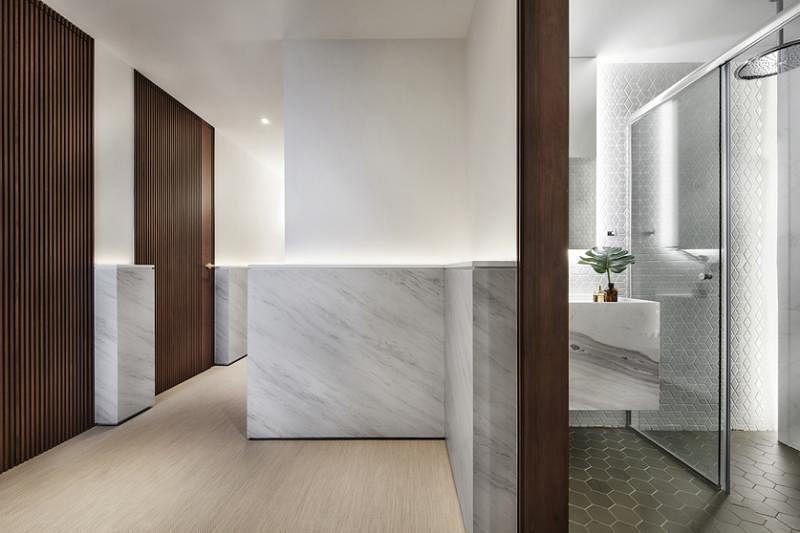 卧室的木门和大门入口的活动实木屏风打破空白,带来和谐感。