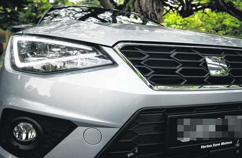 车头和车后灯都是LED。