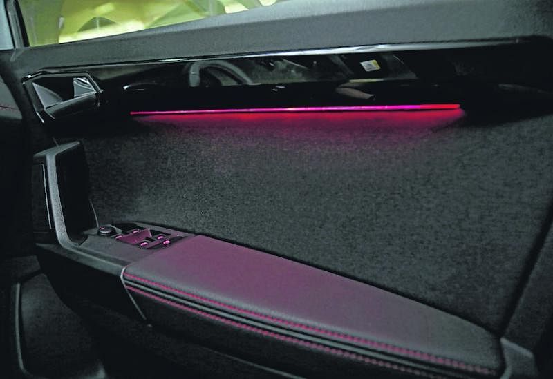 车室前座两旁的红色气氛灯是加分设计。