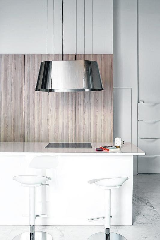 厨房以白色、浅木色为主调。