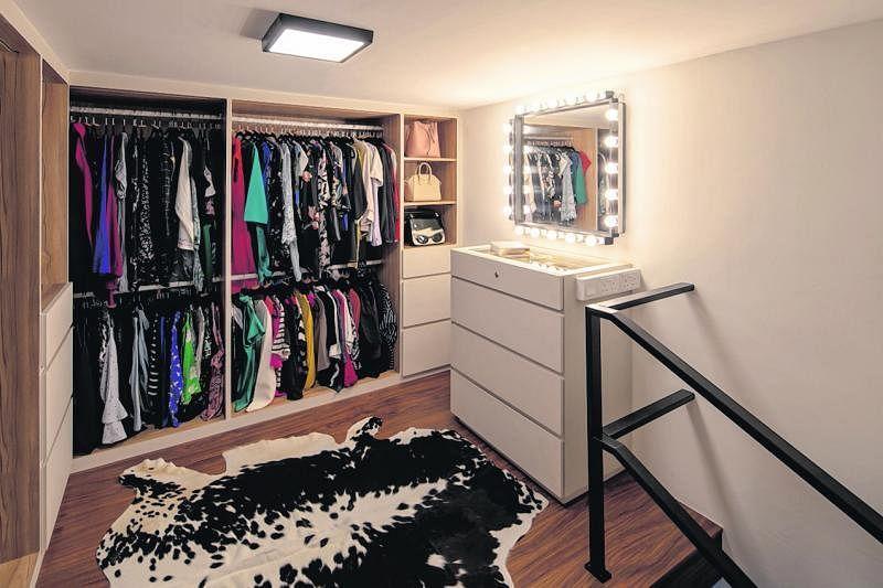 主卧的阁楼被用作步入式衣柜。