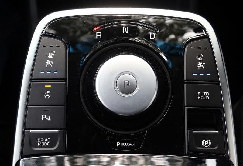 """旋转式的""""换挡""""台,倒退车子、空挡和行驶皆在""""转动""""中,增加好玩指数。"""