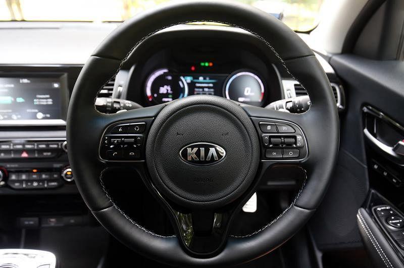 驾驶盘左右有电力回收刹车拨片,供电池充电。