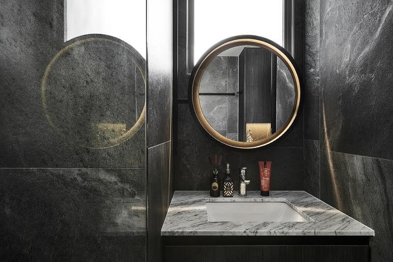 女主人不怕黑,设计师就放胆将浴室墙壁铺上巨片黑岩石瓷砖。