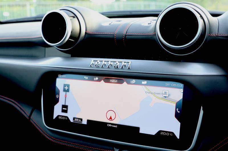 10.2英寸的触控显示屏可操控娱乐信息系统及空调系统。