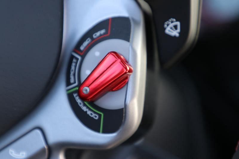 驾驶盘后红色的操控按钮可设置不同的驾驶模式。