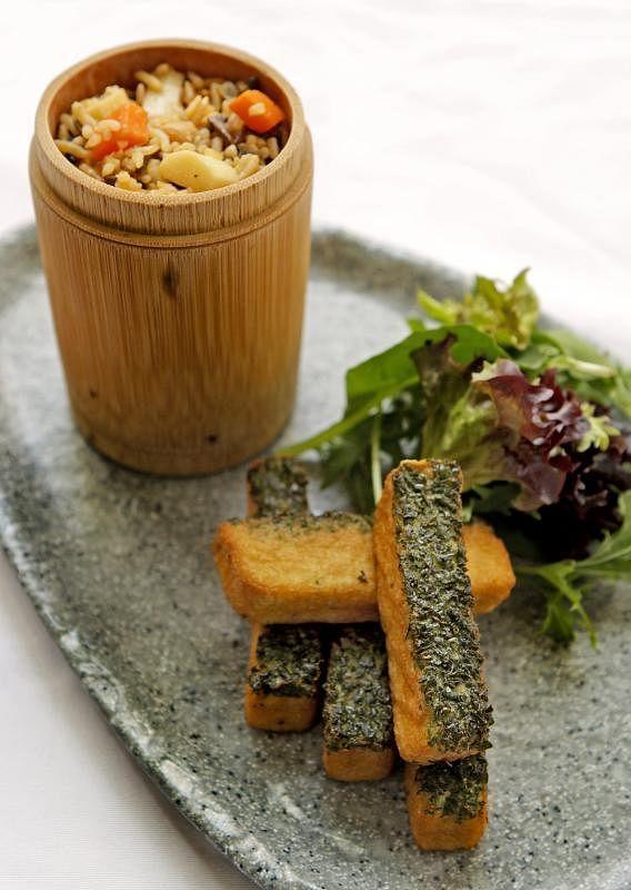 羽衣甘蓝豆腐竹筒饭是营养又美味的素肴。