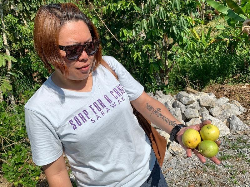 蓝慧敏希望用甘榜的水果和花草制作肥皂,帮助村民增加收入。(陈映蓁摄)