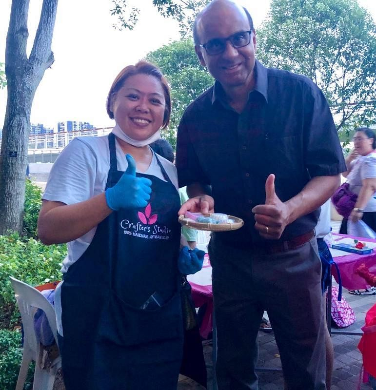 蓝慧敏(左)在人协百盛艺术节活动上与国务资政兼社会政策统筹部长尚达曼分享她的社企理念。(蓝慧敏提供)