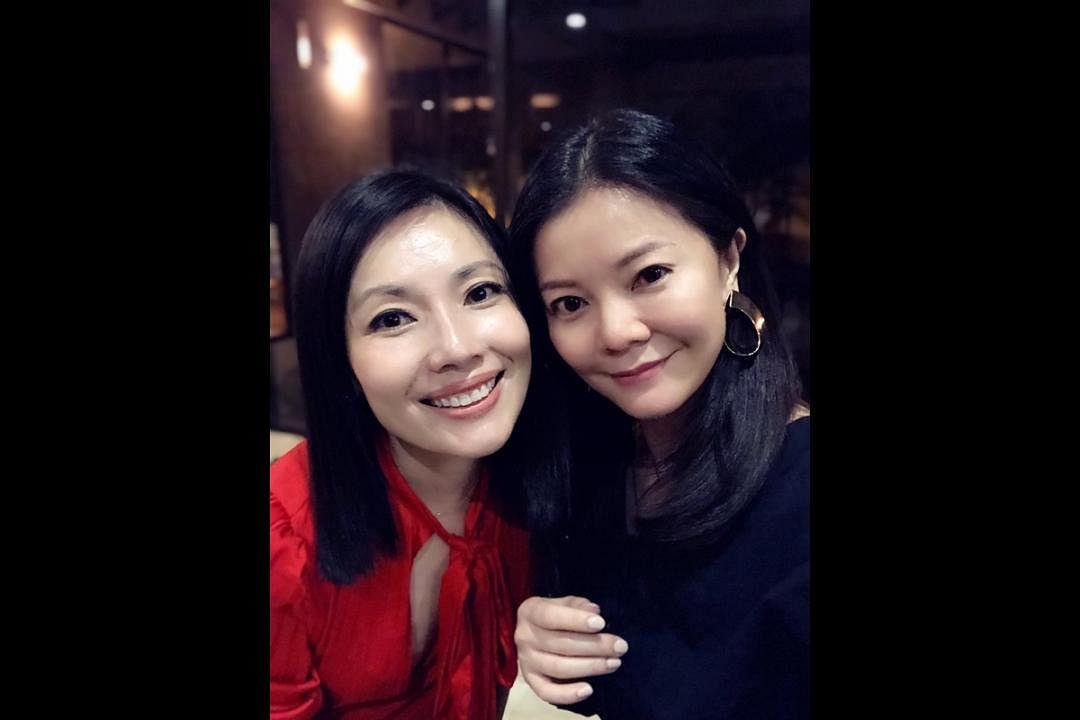 欧菁仙和好友庄米雪一起过国庆日。(受访者提供)