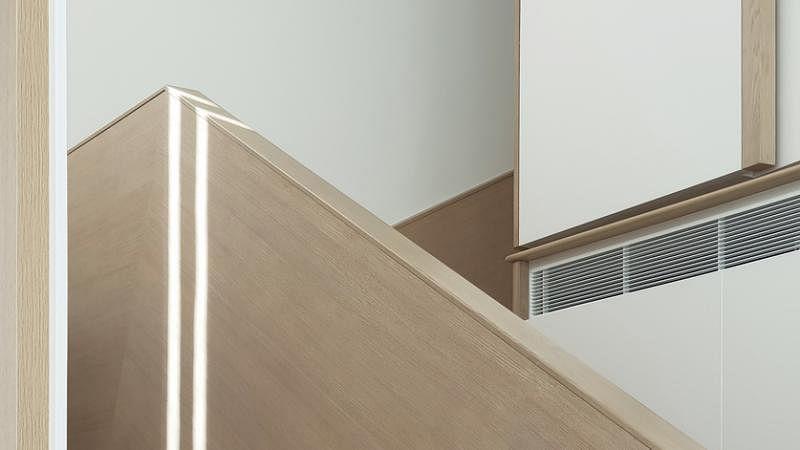 设计师将原有冷冰冰的楼梯金属玻璃扶手改为实木围栏和扶手, 为家里注入温暖的手感。