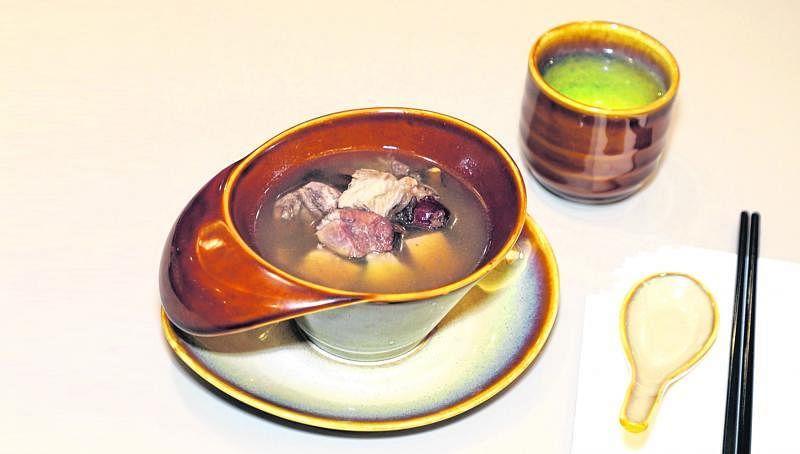 家味中餐馆的每日例汤每天更换。