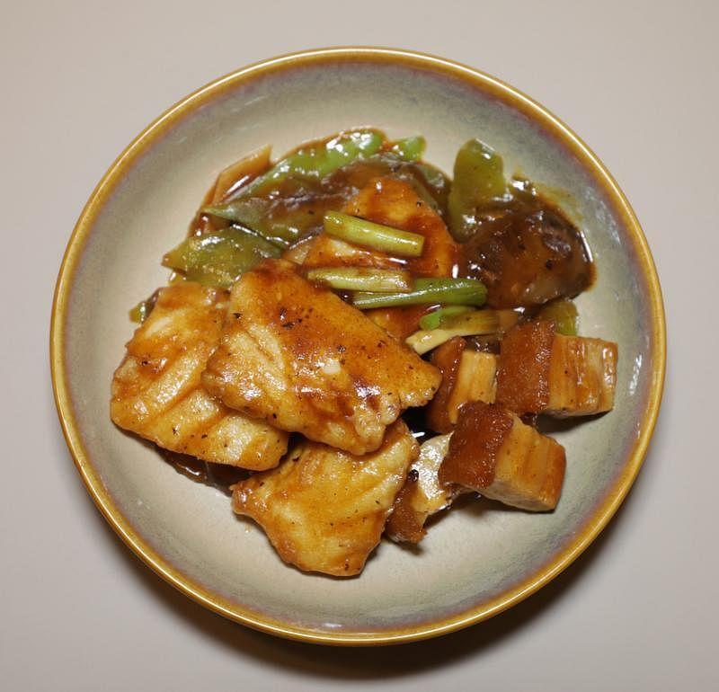 豉汁凉瓜火腩焖斑片,苦瓜和烧肉,味道有层次。
