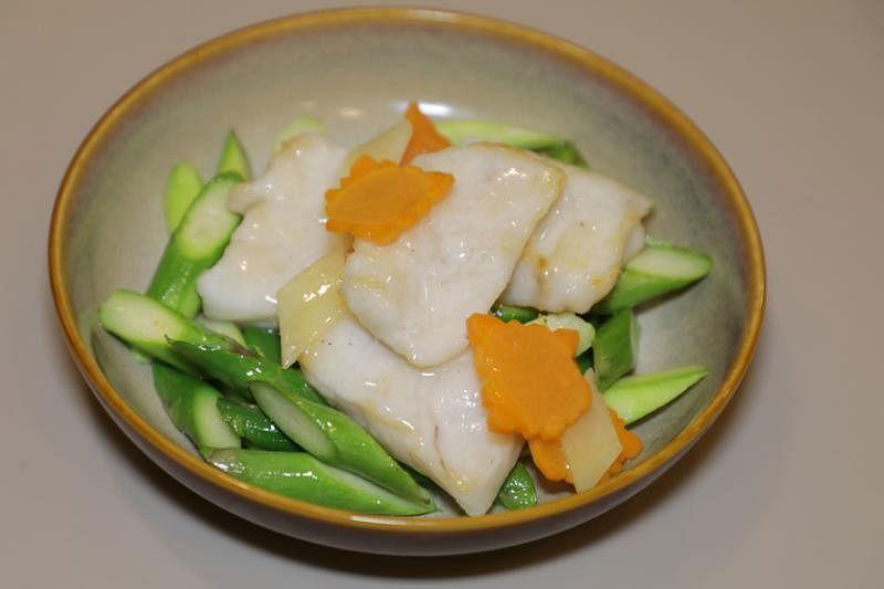 斑球炒芦笋,鱼片口感弹牙。