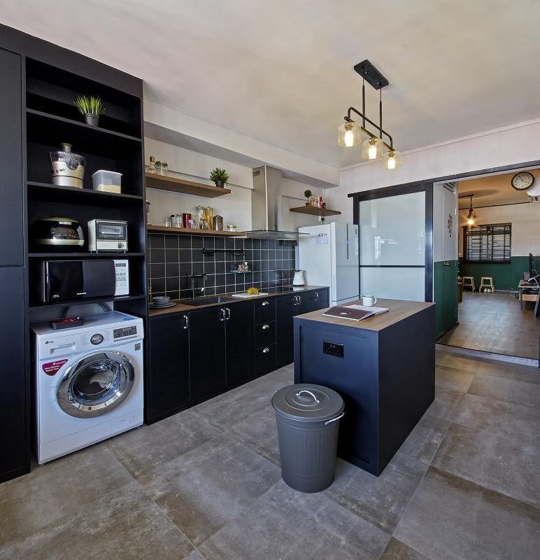 厨房中的岛屿结构增加了现代情趣。