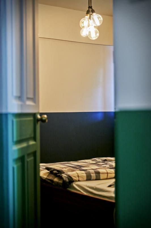 主卧墙面上白下蓝。
