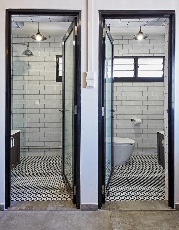 两个卫生间功能明确,互不混淆。