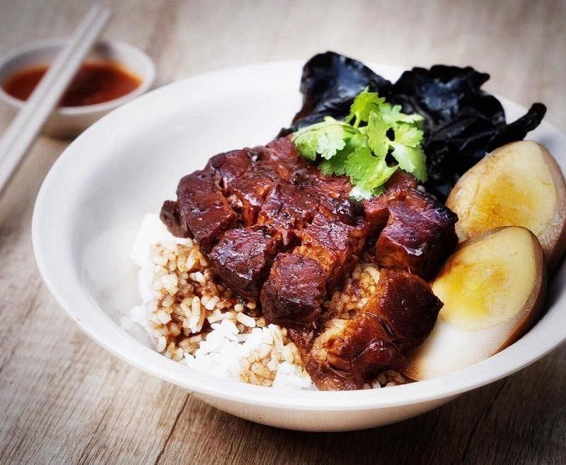 卤肉饭(前)严选西班牙黄金比例猪肉,以18种药材熬制而成。(陈爱薇摄)