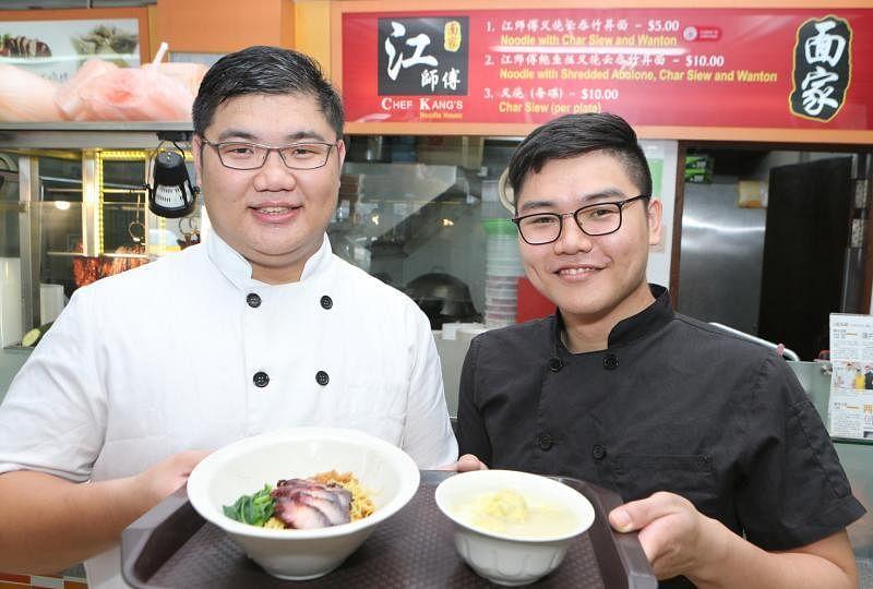 """米其林一星餐馆主厨兼创办人洪宋江开设的面摊,两名徒弟巫润强(左)和巫润华兄弟也打理出""""米其林""""头衔。(档案照)"""