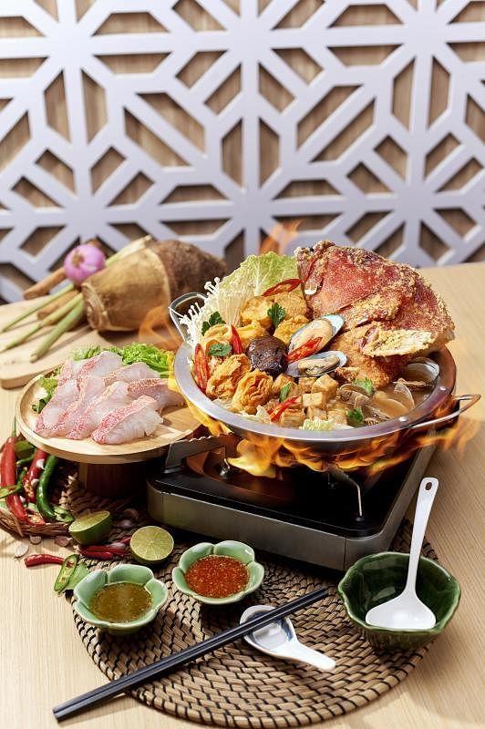 皇室香芋鱼头炉的汤底用芋头和鱼骨熬制,并加入淡菜和啦啦等贝类提鲜。