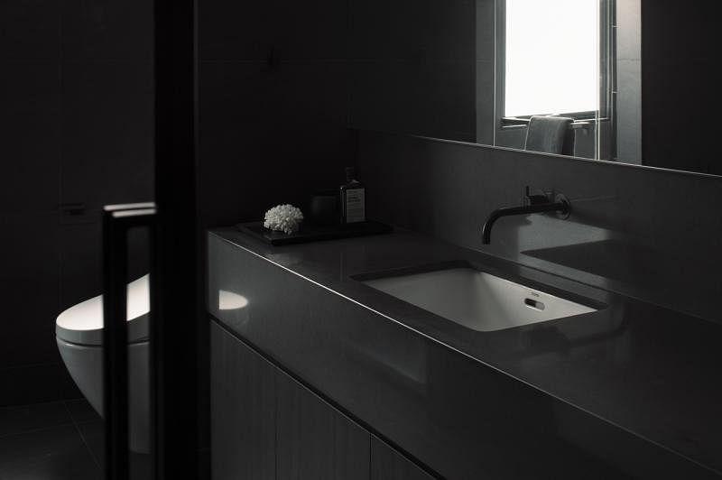 卫浴间除了洗手台和马桶,采用全黑设计。