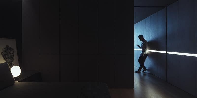 一条光槽贯穿全屋,也成为中央黑色睡房的暖光。