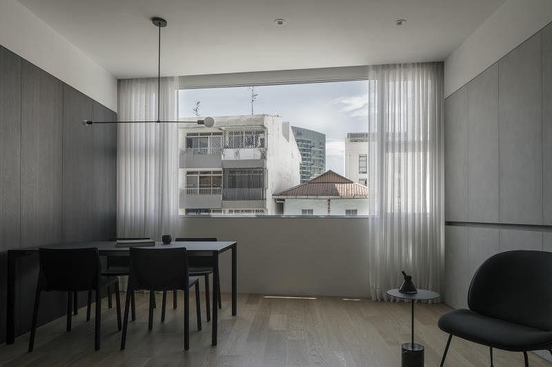 客厅窗口一整面玻璃窗把外面的景色框住,成了一幅道地的风景画,也讲光线引入室内。