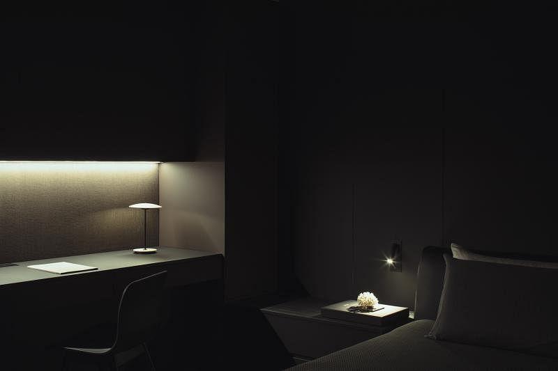 卧室与小写字桌体现日本文豪谷崎润一郎的《阴翳礼赞》——因为黑,那朵花才更洁白无比。