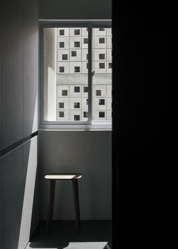 """厨房一隅的光影,让人想起日本文豪谷崎润一郎《阴翳礼赞》 的这句:""""美,不存在于物体之中,而存在于物与物产生的阴翳的波纹和明暗之中。"""""""