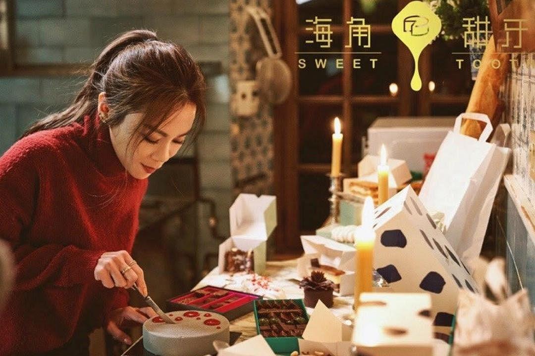 蔡健雅主持的首档明星烘焙微综艺《海角甜牙》拉队法国和日本取景。(互联网)
