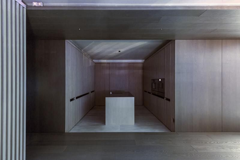 厨房走极简风,大部分家电和湿厨房都藏在木橱的木门背后。