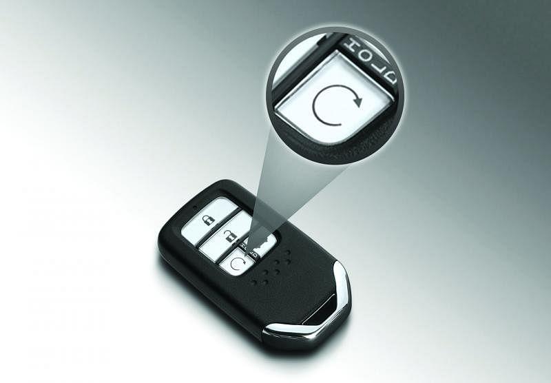 登车前,按此车匙上的按钮就可以先启动引擎和冷气。