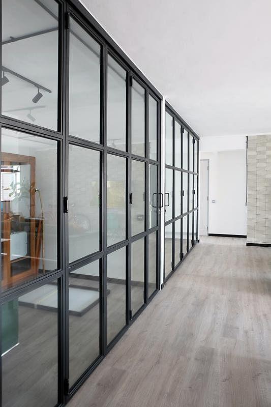 这是客厅的一排铁门,如果完全打开,客厅看上去更大。