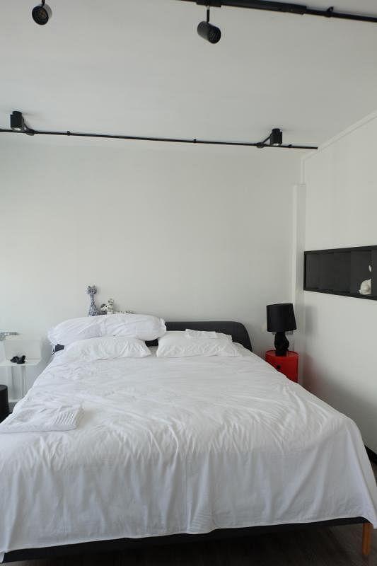 以白色打点卧房,视觉上轻松爽快,消除了压迫感。