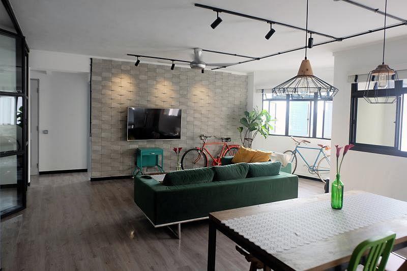 屋主两夫妇以前收集的一些复古家具和脚踏车,现在都成了家里有趣有个性的点缀。